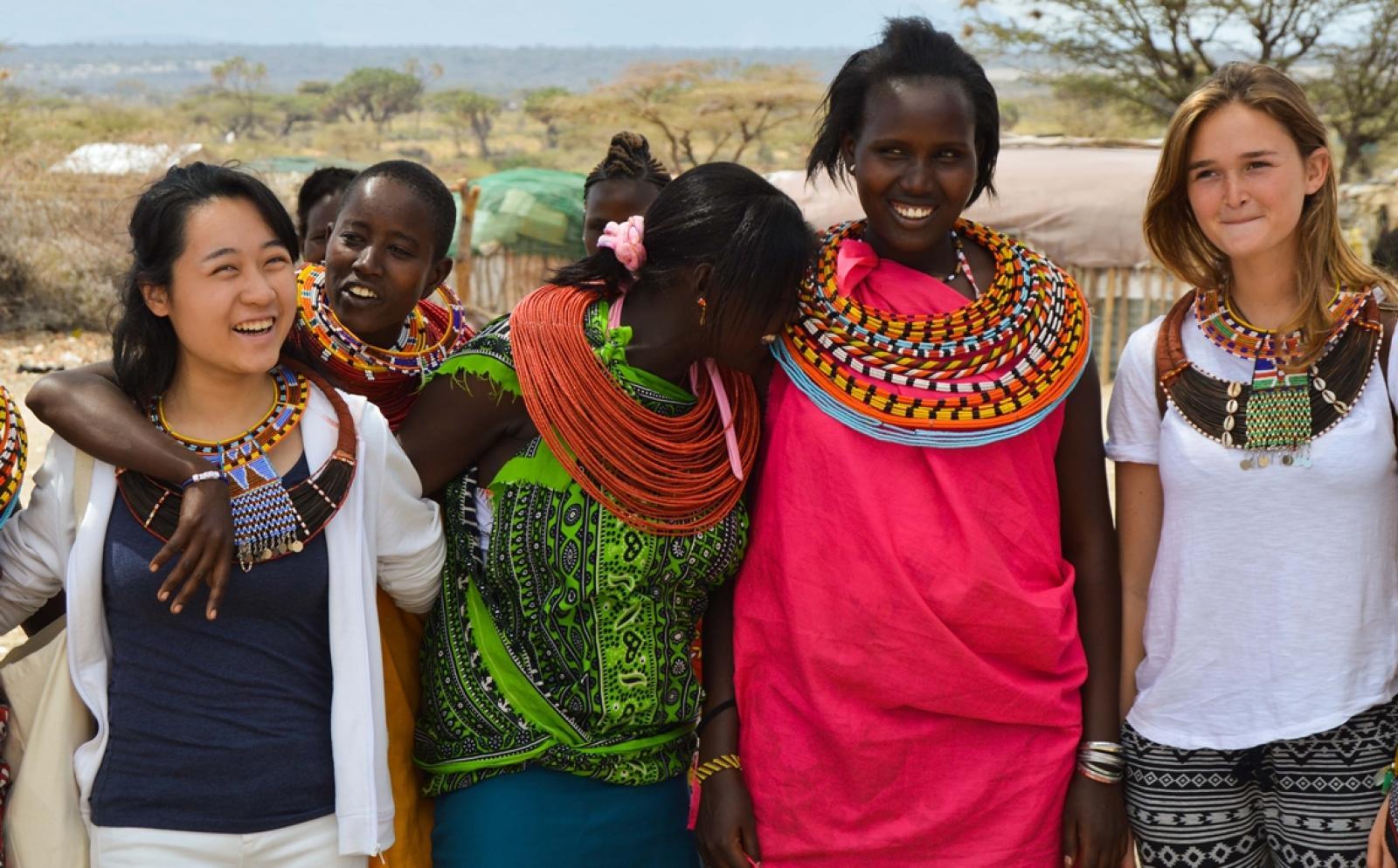 アフリカの発展途上国で異文化交流を楽しむボランティアたち
